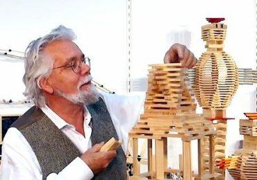 Tom van der Bruggen demonstreert zijn Kapla bouwstenen tijdens een beurs in Nürnberg.