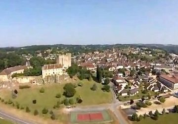 Het château torent hoog boven Excideuil uit.