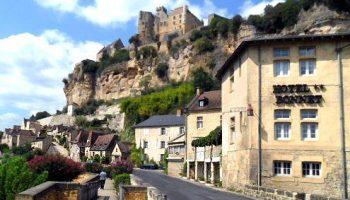 Route D703 langs de Dordogne door Beynac-de-Cazenac.