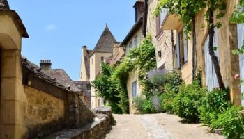 Klimmend door smalle straatjes naar Château Beynac.