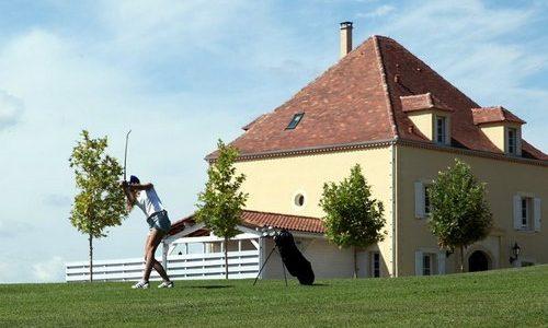 Château les Merles golf hotel restaurant: vanuit je villa sta je meteen op de golfbaan.