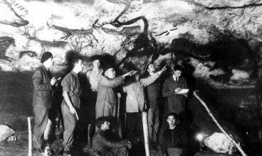 Lascaux IV (4): onderzoekers inspecteren de originele Lascaux-grotten kort na de ontdekking in 1940.