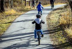 Fietsen in Dordogne Périgord - helm verplicht voor kinderen tot 12 jaar.