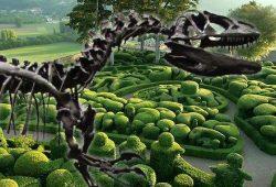 Dordogne-Périgord: Jardins de Marqueyssac toont Allosaurus-skelet.