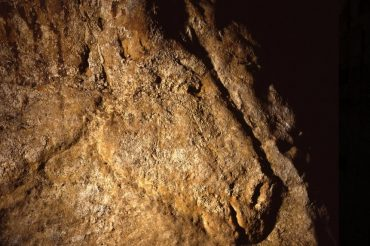 Dordogne-Périgord: prehistorische kunst in de grot onder Chateau de Commarque.