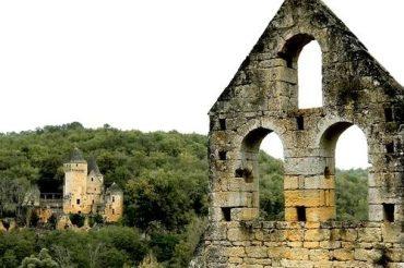 Dordogne-Périgord: Chateau de Commarque en Chateau de Laussel tussen Sarlat en Les Eyzies.