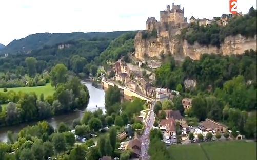 Tour de France 2019 weer niet door Dordogne-Périgord. Op de foto: de Tour-karavaan trekt over Côte du Buisson-de-Cadouin tijdens de etappe Périgueux-Bergerac in 2017.