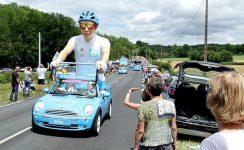 Tour de France 2019 weer niet door Dordogne-Périgord. Tourkaravaan in de etappe Perigueux-Bergerac in 2017.