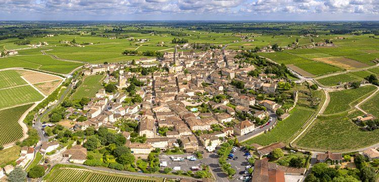 Het prachtige middeleeuwse stadje Saint-Emilion, omringd door zijn wijngaarden. Foto: Chensiyuan.